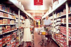 1024px-Women_grocery_shopping