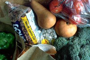 800px-Grocery_bag_of_healthy_foods